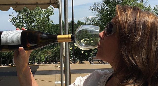 hambrientos-copa-de-vino-junto-botella